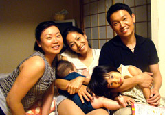 Artist Ivy Chaung's son, daughter-in-law, grandchildren, and daughter happily together in Osaka,Japan.